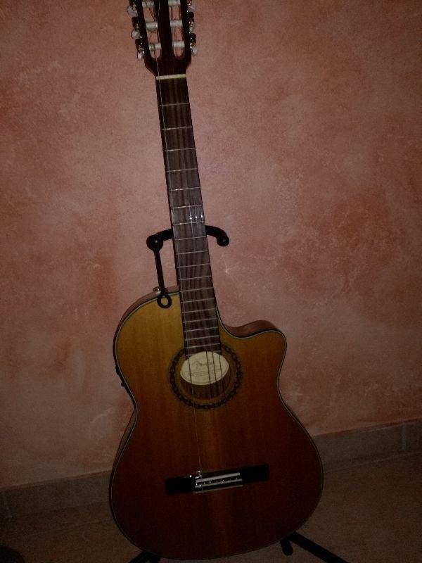 Πωλείται ηλεκτροκλασική κιθάρα