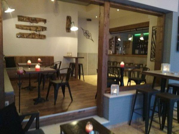 Πωλείται επιχείρηση καφέ μπαρ στην Αχαράβη