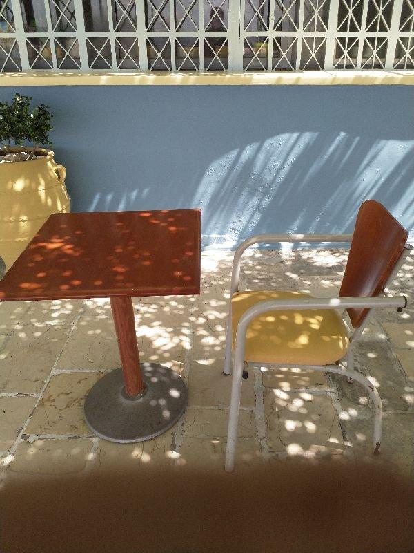 Πωλούνται τραπέζια - καρέκλες και επιφάνειες τραπεζιών
