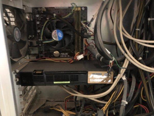 Πωλείται PC μαζί με οθόνη