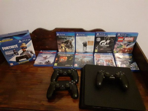 Πωλείται PS4 κονσόλα/3 τηλεχειριστήρια/ 9 παιχνίδια