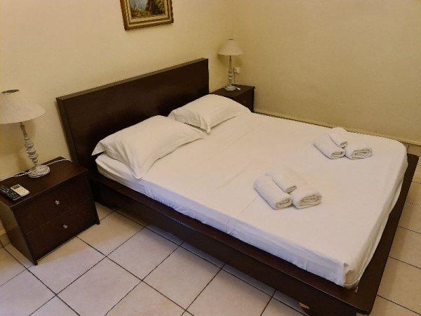 Πωλούνται κρεβάτι, κομοδίνο και συρταριέρα