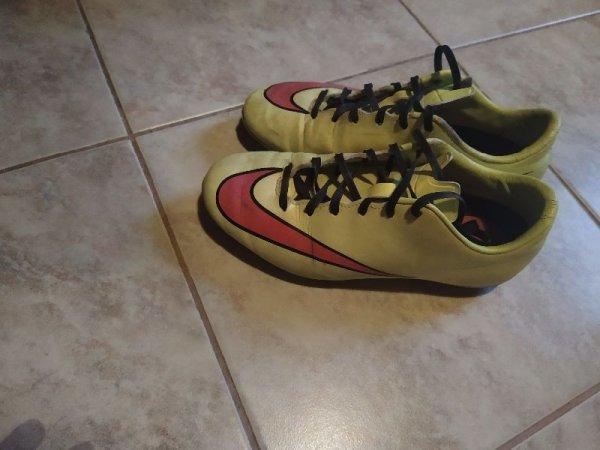 Πωλούνται ποδοσφαιρικά παπούτσια