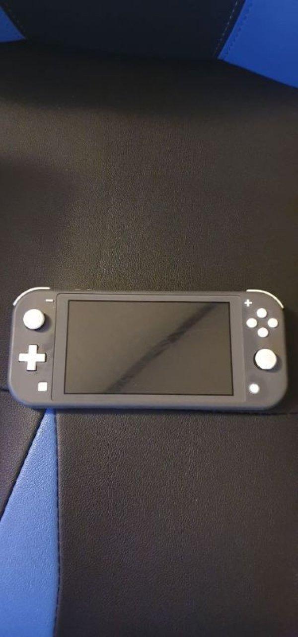 Πωλείται φορητή κονσόλα Nintendo Switch Lite με δώρο παιχνίδι