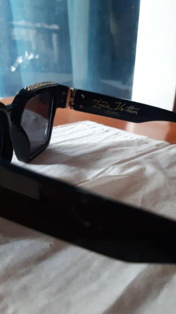Πωλούνται γυαλιά ηλίου