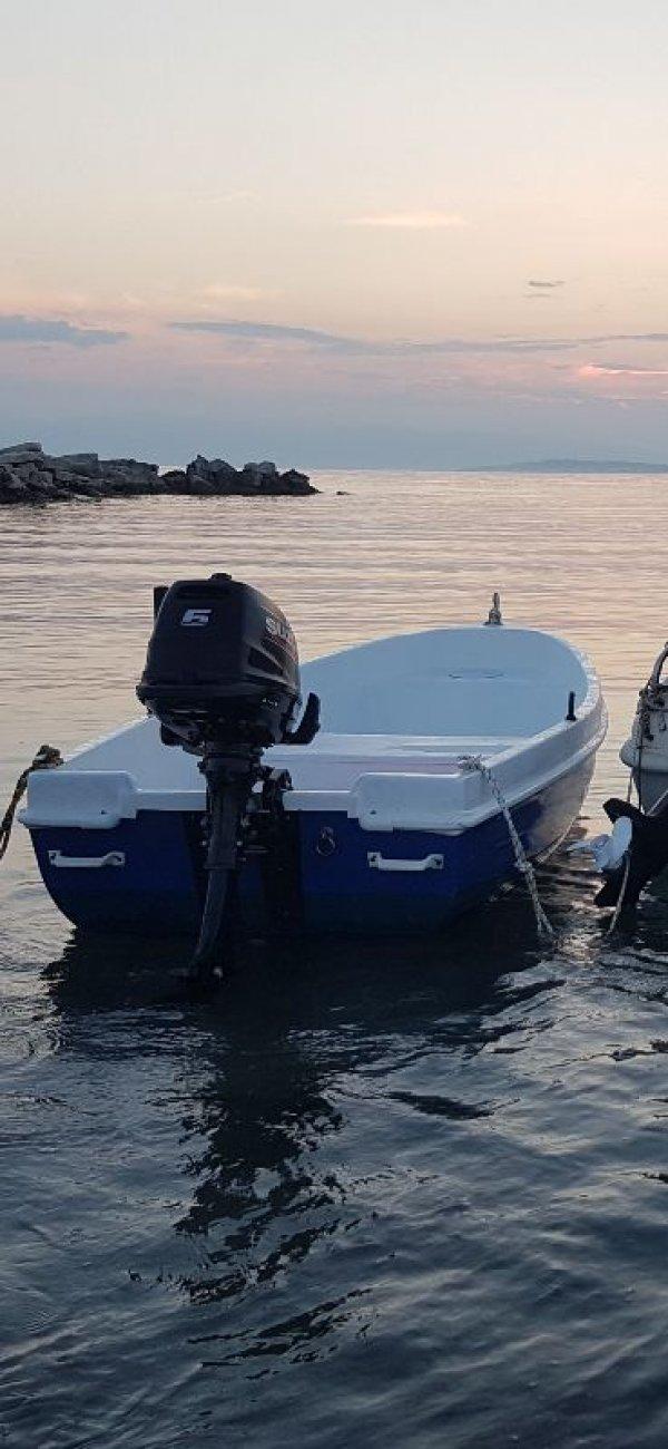 Πωλείται βάρκα με μηχανή suzuki 6hp