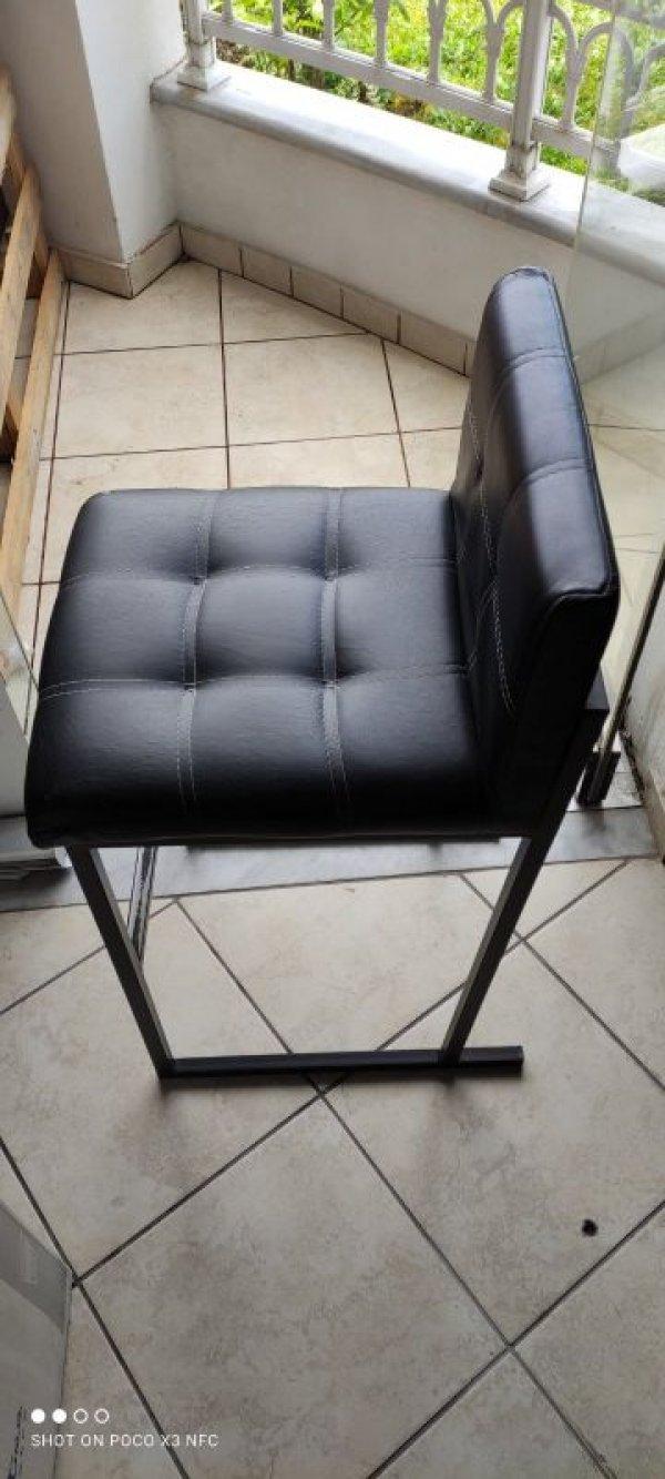Πωλούνται τραπέζια και καρέκλες