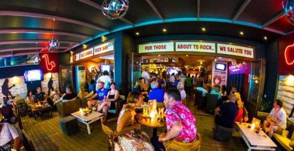 Ζητείται σερβιτόρα από καφέ μπαρ στα Γουβιά