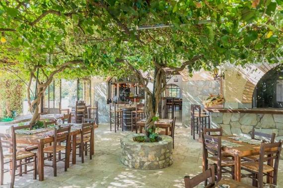 To Costas Steak House σας προσκαλεί ξανά στην όμορφη αυλή του