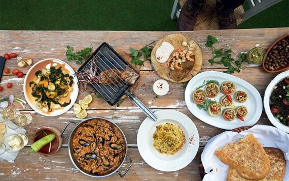 Καθαρά Δευτέρα στην Κέρκυρα: Γιορτάστε τα Κούλουμα με θαλασσινά και νηστίσιμα