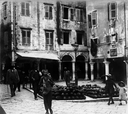 Η πλατεία Βραχλιώτη σε μία παλιά φωτογραφία