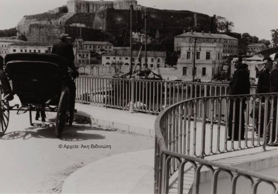 Άμαξα στην οδό Αρσενίου σε μία παλιά φωτογραφία του χθες
