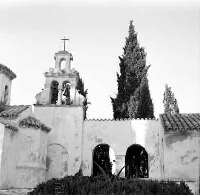 Το καμπαναριό του Ναού Παντοκράτωρ στο Ποντικονήσι εν έτει 1950
