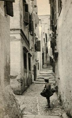 Πλανόδιος μανάβης στην οδό Ζήνωνος στο Καμπιέλο σε ένα σπάνιο στιγμιότυπο