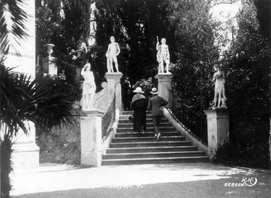 Επισκέπτες στην κλίμακα των θεών στο Αχίλλειο το 1925