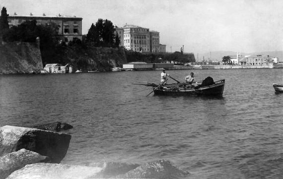 Ψαράδες στην τοποθεσία Μανδράκι με φόντο το Φαληράκι το 1938