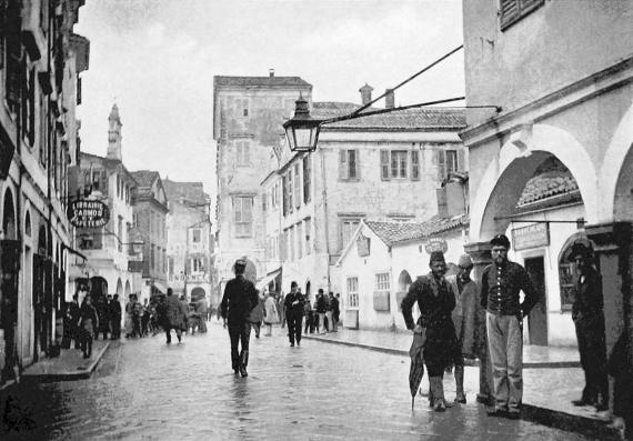 Καθημερινή σκηνή στην Πίνια μέσα από ένα φωτογραφικό στιγμιότυπο του 1895