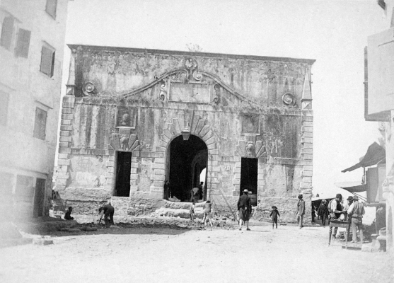 Το πίσω τμήμα της πύλης Πόρτα Ρεάλα σε μία σπάνια φωτογραφική άποψη του 1890