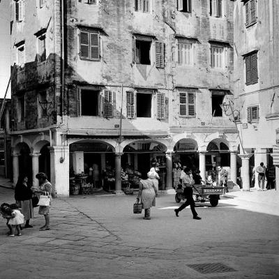 Καθημερινή σκηνή στην πλατεία Βραχλιώτη εν έτει 1962