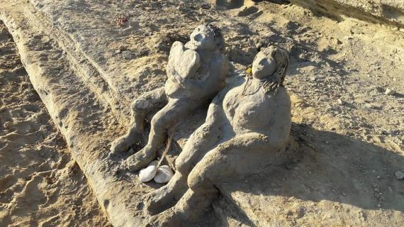 Ένα πραγματικά έργο τέχνης από άργιλο στην παραλία του Αρίλλα