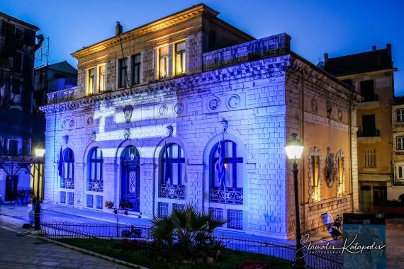 Στα χρώματα της γαλανόλευκης σημαίας το Ιστορικό Δημαρχείο της Κέρκυρας