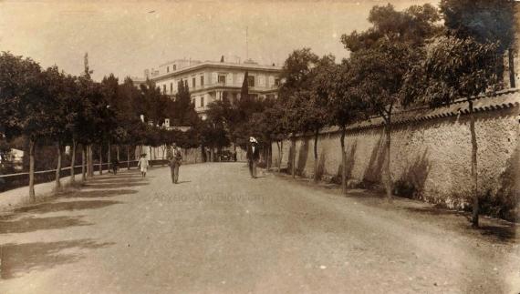 Η είσοδος του Αχιλλείου σε ένα καρτ ποστάλ του Μεσοπολέμου