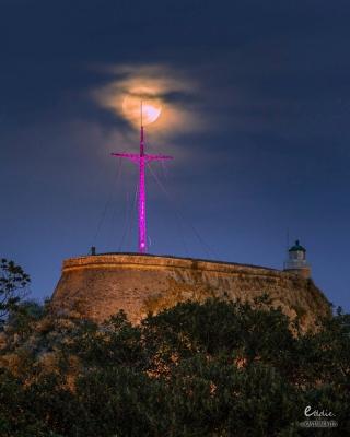 Στα μωβ η κορυφή Παλαιού Φρουρίου συντροφιά με τη ροζ πανσέληνο
