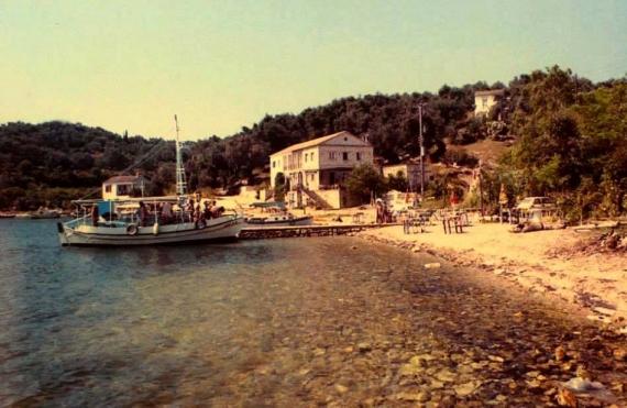 Η παραλία του Αγίου Στέφανου Σινιών σε μία φωτογραφία του ΄80