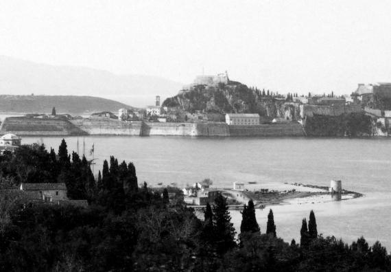 Ο Ανεμόμυλος με φόντο το Παλαιό Φρούριο εν έτει 1886