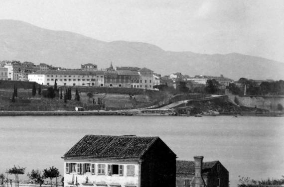 Η Ιόνιος Ακαδημία το 1886 σε μία φωτογραφική άποψη από τη Γαρίτσα