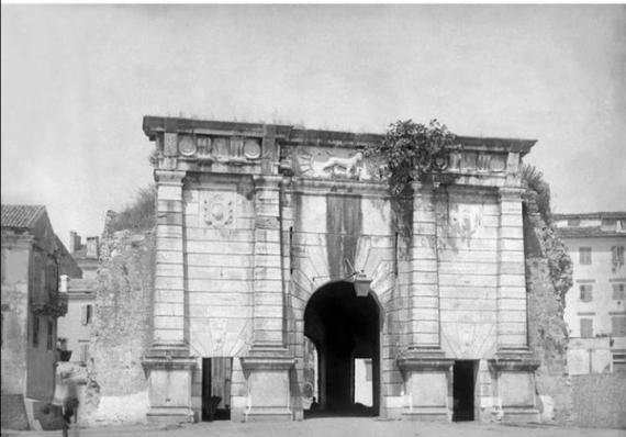 Η Πόρτα Ρεάλε σε μία σπάνια φωτογραφική προσέγγιση του 1892