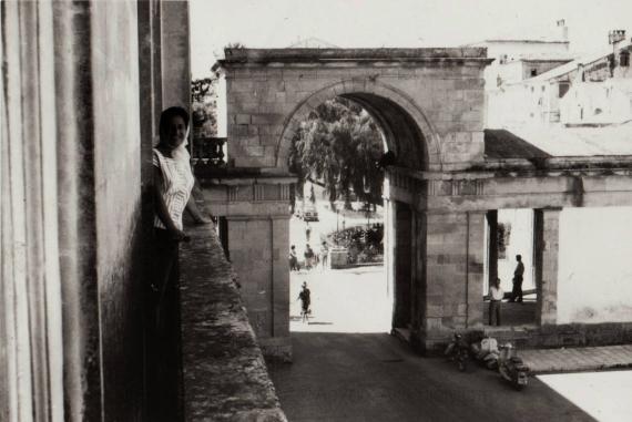Άποψη της πύλης του ανακτόρου Αγίων Μιχαήλ και Γεωργίου στο παρελθόν