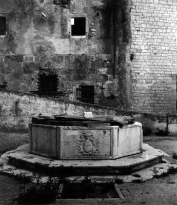 H στέρνα πίσω από το Παλάτι του Προνοητή στο Παλαιό Φρούριο το ΄45