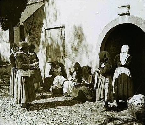Σκηνή από την καθημερινή ζωή γυναικών στους Αγίους Δέκα το 1900