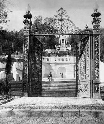 Η γραφική επί της παραλιακής οδού είσοδος του Αχιλλείου το 1891