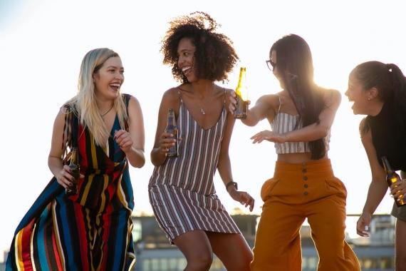 Κάβος Κέρκυρας: Δημοφιλής προορισμός του Party Hard Travel για νέους και clubbing